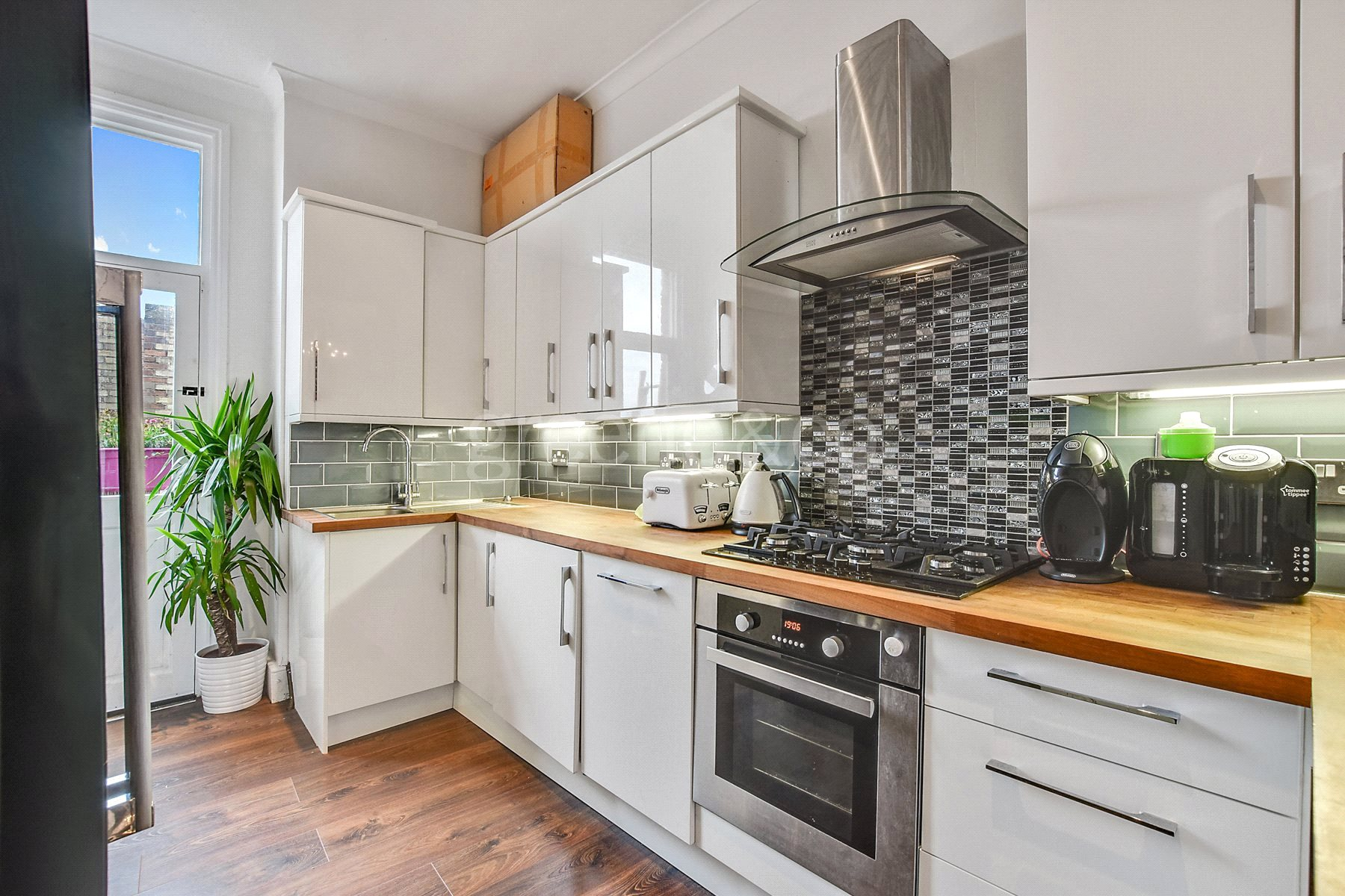2 Bedrooms Flat for sale in Tottenham Lane, Crouch End, London, N8