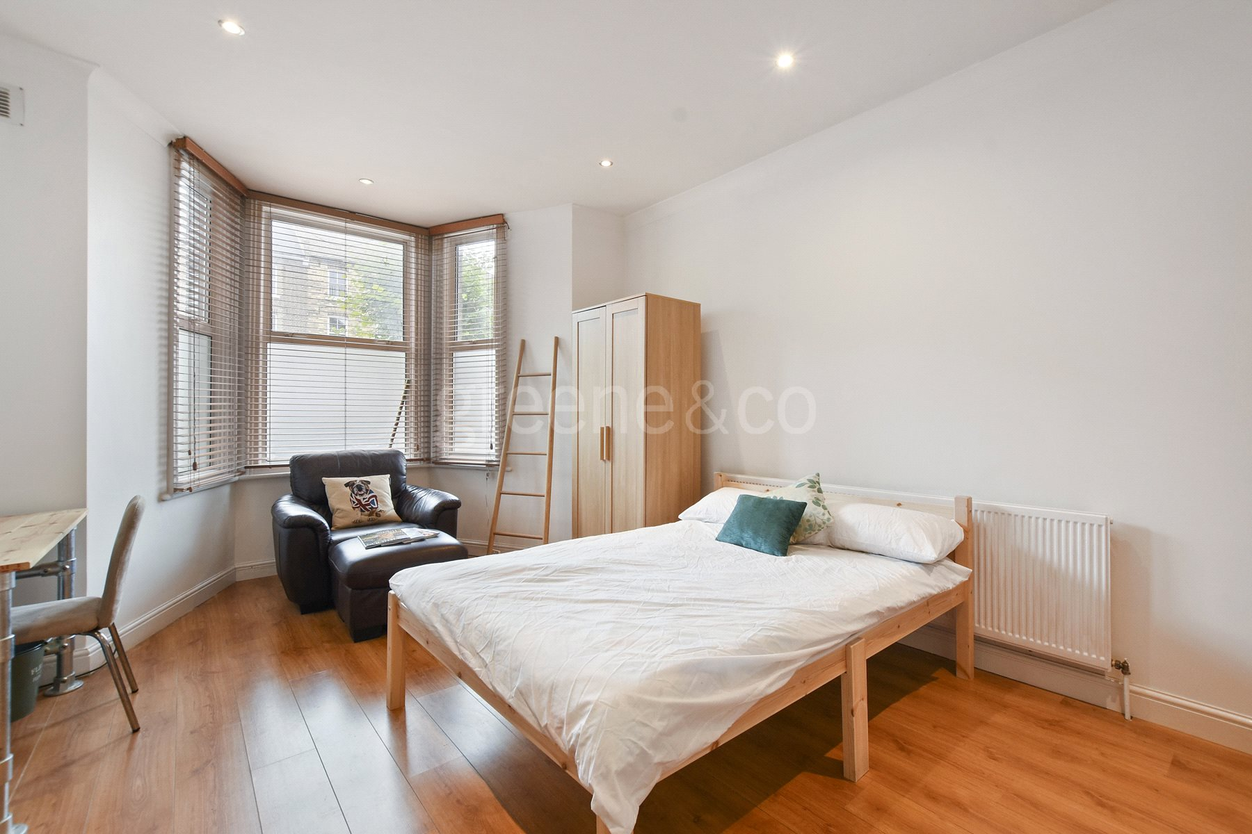 2 Bedrooms Flat for sale in Lichfield Road, Cricklewood, London, NW2